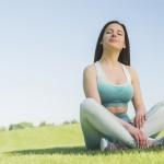 atletica-mulher-praticando-ioga-ao-ar-livre_23-2148196839